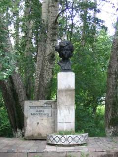 Памятник Ларисе Михеенко в Хотьково