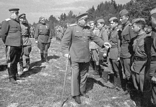 Генерал Еременко с солдатами