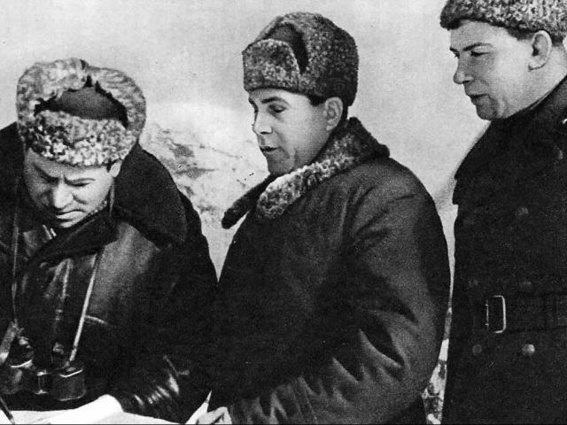 командующий Брянским фронтом М.Рейтер (с биноклем)