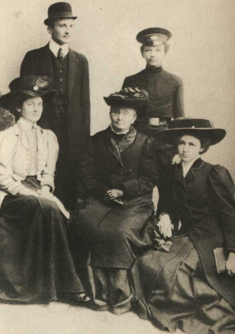 Фото Анны Ахматовой с братьями Андреем, Виктором и сестрой Ией. В центре — мать Инна Эразмовна (урожденная Стогова) Киев 1909 год