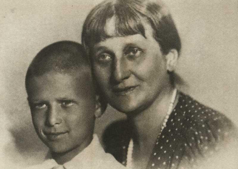 Фото Анны Ахматовой с Валей Смирновым 1940 год