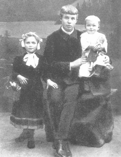 Фото Сергея Есенина с сестрами Катей и Шурой 1912 год