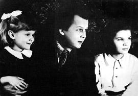 Фото Твардовского Александра с дочерьми Олей и Валей