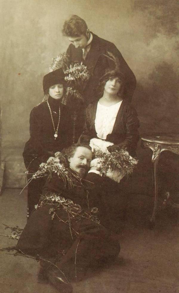 Фото Бальмонта Константина и Сергея Городецкого со своими супругами 1907 год
