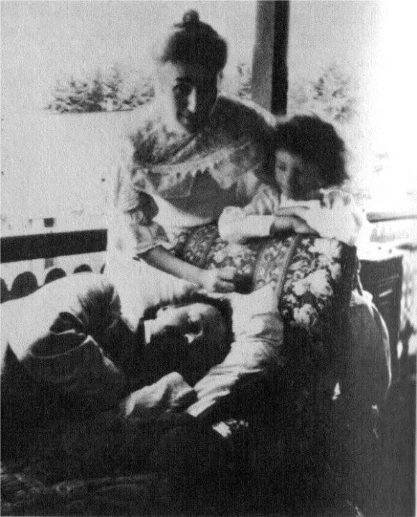 Фото Бальмонта Константина с женой Е. А. Андреевой и дочерью Н. К. Бальмонт-Бруни 1909 год