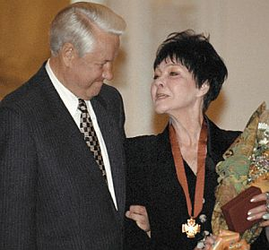 Фото Беллы Ахмадулиной получение от президента Бориса Ельцина орден «За заслуги перед Отечеством» III степени