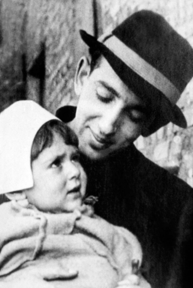 Фото Галича Александра с дочерью 1946 год