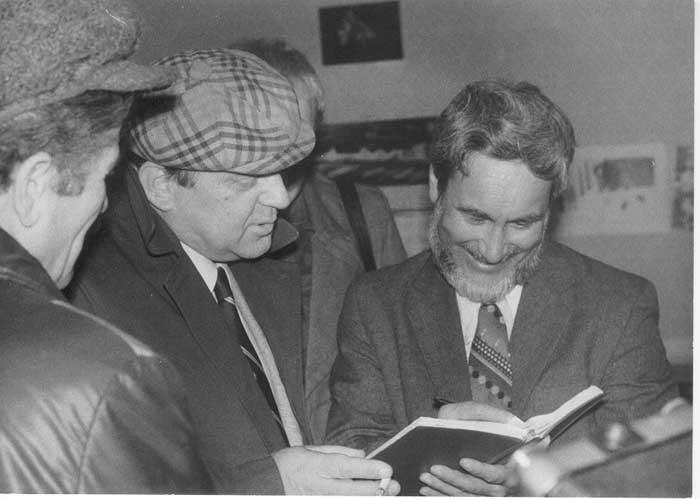 Фото Визбора Юрия с Ролланом Шиповым после концерта 1979 год