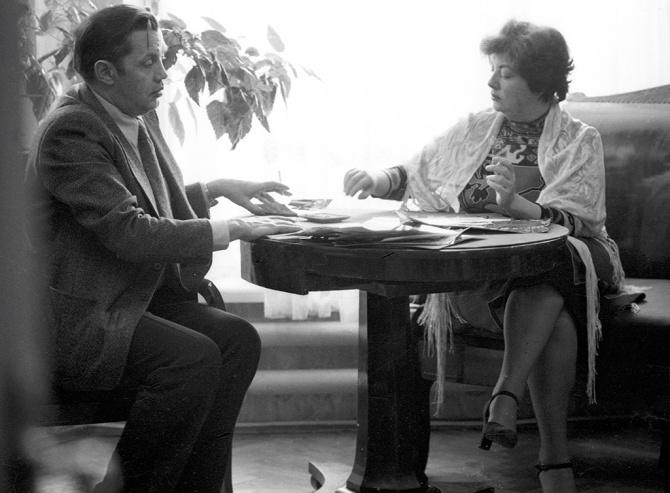 Фото Роберта Рождественского за столом с женой Аллой Киреевой