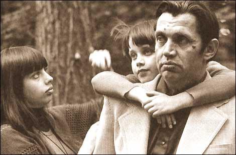Фото Роберта Рождественского с дочерьми