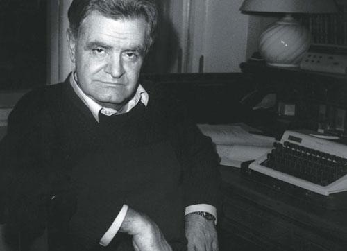 Фото Фазиля Искандера в своем кабинете