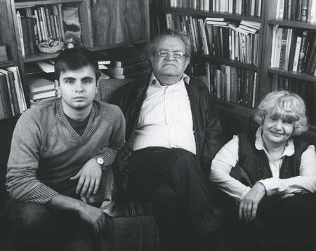 Фото Фазиля Искандера с супругой Антониной Михайловной и сыном