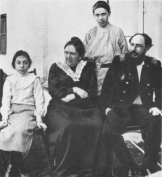 Фото Хлебникова Велимира с родителями и сестрой Верой Казань 1900-х годах