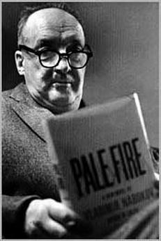 Фото Набокова Владимира с романом «Бледное пламя» в руках 1962 год