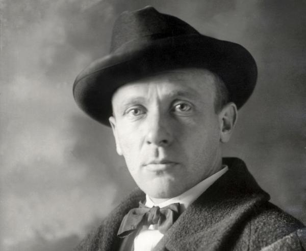 Фото Юрия Олеша в шляпе