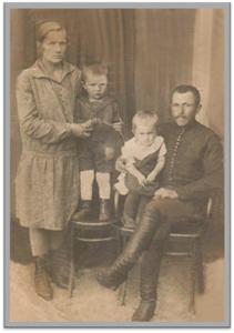 Семейная 14.07.1932 год Володя старший брат с мамой Тамара с папой
