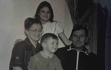 Вячеслав Мясников с семьей в детстве фото